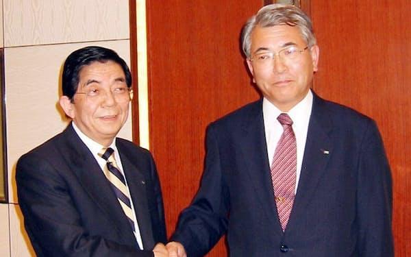 2003年11月、ミサワホームHD社長の三沢氏(左)が名誉会長に、副社長の水谷氏(右)が社長に就任すると発表した