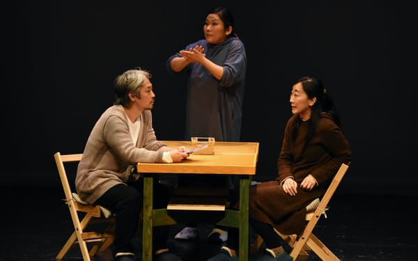 舞台「メゾン」で手話通訳をする筆者(中)(2020年)=大澤 邦彦(ラズフォト)撮影