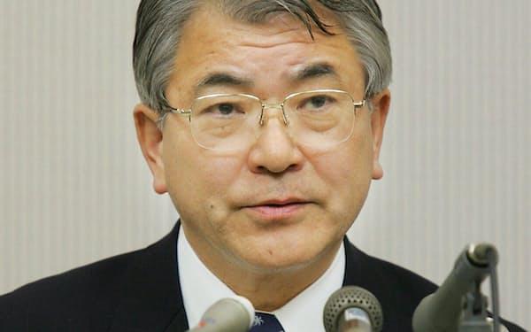 トヨタとの資本提携などについて記者会見するミサワホームHDの水谷社長(2004年12月28日)