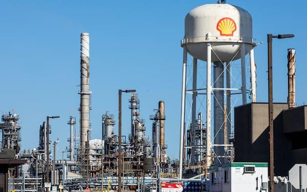 再生エネの導入拡大で石油需要が減り新規油田開発が不要になるとの見方も(シェルの製油所)=ロイター