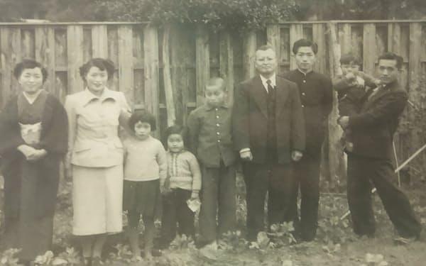 幼少期に家族と(右端の父に抱かれているのが久間氏、左から2人目が母、右から4人目が母方の祖父)
