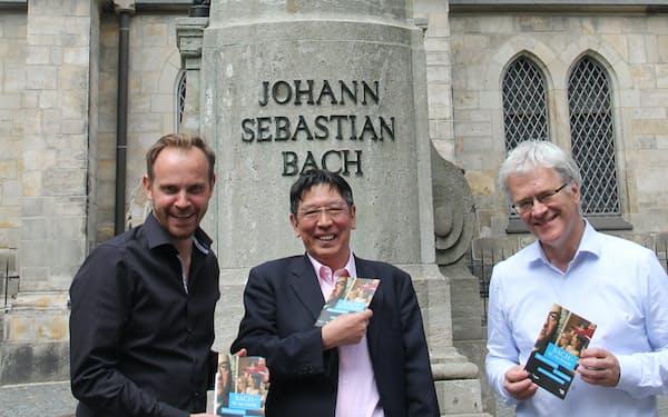 トーマス教会前のバッハ銅像。バッハ資料財団最高責任者のペーター・ヴォルニー教授(右)とミヒャエル・マウル教授(左)と