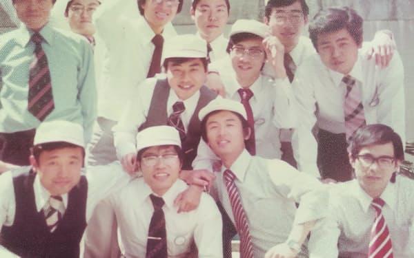 三菱電機入社のころ、同期の仲間と(前列左から2人目が久間氏)