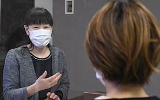ポニーキャニオンの女性社員(右)の健康相談に応じる産業医の勝木さん(東京都港区)