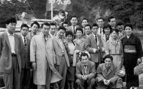 父が大阪につくった貿易会社「協光」の同僚と(最後列中央が筆者)