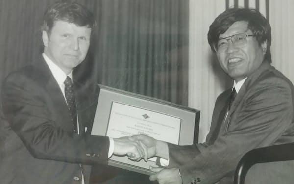 1997年に米電気電子学会(IEEE)のフェローに選ばれた(右が久間氏)