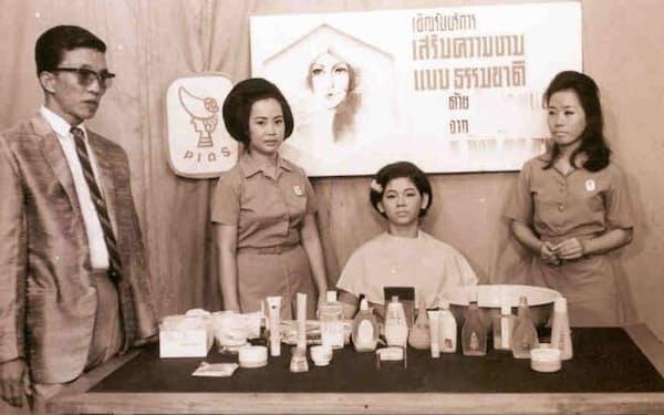 ビューティーアドバイザーが化粧のイロハから指導した