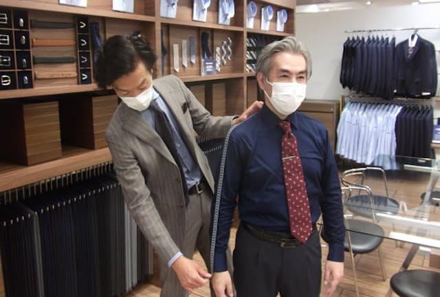 ディファレンスでは熟練の従業員が要望を聞きながら採寸する(横浜市内の店舗)