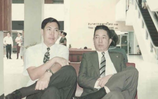 72年、バンコクのドンムアン空港で父(右)と一緒に