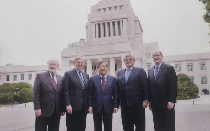 CSTI議員として米電気電子学会(IEEE)幹部ら要人を多数迎えた(中央が久間氏)