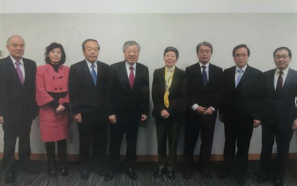 総合科学技術・イノベーション会議(2016年)の議員。左から4人目が久間氏
