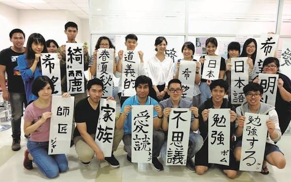 サハが運営する日本語学校の生徒たち