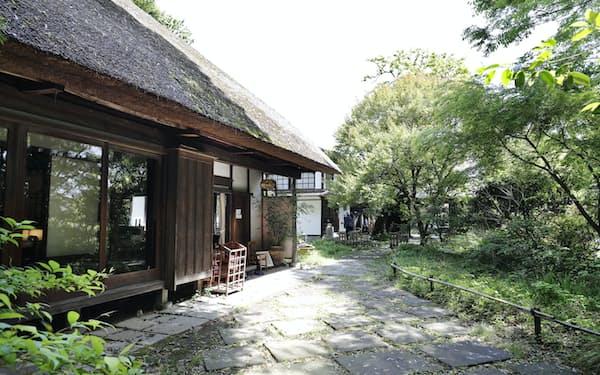 武相荘のかやぶき屋根の母屋と庭(東京都町田市)