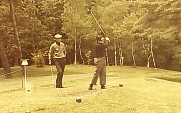 白洲次郎さん(左)と父はよくゴルフをした(軽井沢ゴルフ倶楽部で)