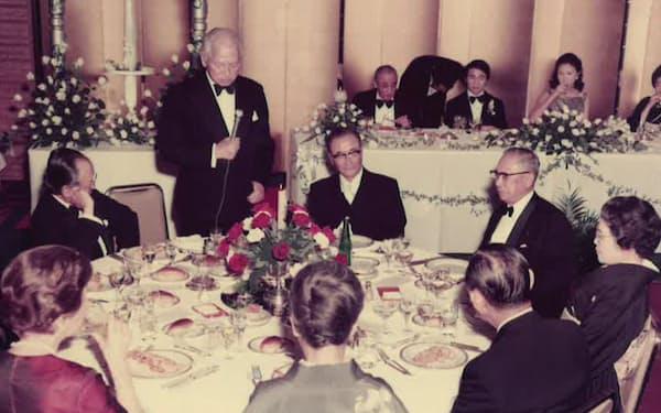 結婚式で祝辞を述べる白洲次郎さん(後方左から2人目が筆者、その右が妻の真佐子)