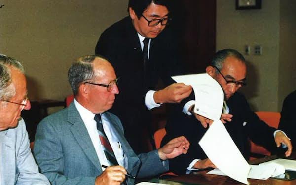 米アップジョンとの「シグマート」導出契約調印式。右から上野社長、筆者(1982年)