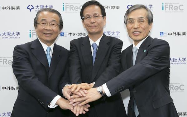 2016年、阪大IFReCと包括連携契約を結んだ(中央が審良静男教授、右は西尾章治郎総長)