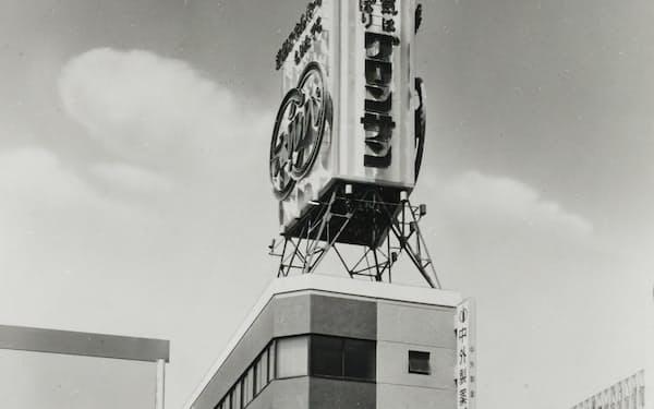 グロンサンの広告塔を掲げた仙台支社(1963年)