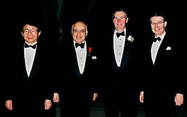 ノードホフ氏(右から2人目)の結婚式で友人と(左端が筆者、2001年)