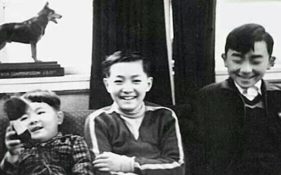 様々な影響を受けた生涯の友、林五一君(中)のハイカラな自宅で(左端は林立夫君)