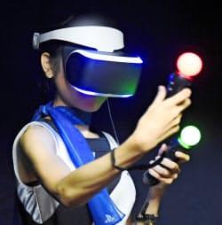 PS4で使用するゴーグル型の専用ディスプレー(18日、千葉市の幕張メッセ)