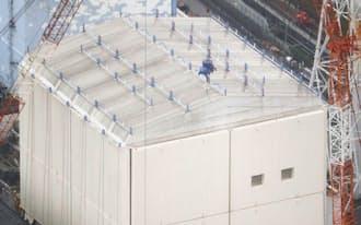 福島第1原発の1号機では建屋を覆うカバーの撤去作業が遅れている(22日)
