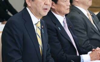 安倍首相は来月、再増税を判断する(6日、首相官邸)