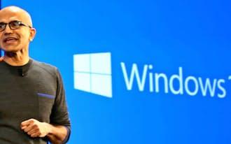「ウィンドウズ10」の戦略について語る米マイクロソフトのナデラCEO(21日、ワシントン州)