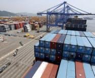 ウォン高も韓国の輸出競争力を低下させている(韓国南部の釜山港)=ロイター