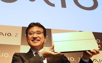 新製品を発表するVAIOの関取社長(16日午後、東京・渋谷)