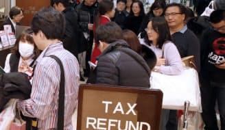 百貨店の免税カウンターには中国人の買い物客が列をつくる(高島屋新宿店)