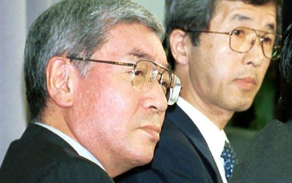 デンバー総領事の処分について会見する外務省の川島事務次官(左)(2001年7月)