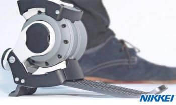 遠藤氏が開発を進めるロボット義足。着地・蹴り出し時の足首部分の動きをコンピューターで制御する