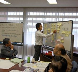BCP策定に向けて話し合う大津市議会の政策検討会(2013年11月)=同市議会提供