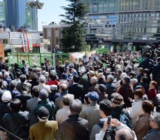 候補者の第一声に集まった有権者(26日、横浜市西区)