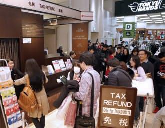 免税カウンターに列をつくる中国人買い物客(高島屋新宿店)