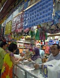 インドネシアの雑貨店には、小袋に入った「ギャツビー」が並ぶ