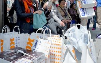 ラオックス秋葉原本店で買い物を終えた中国からの観光客