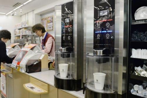 セブンイレブンのカウンターに並ぶコーヒーマシン(東京都千代田区の店舗)
