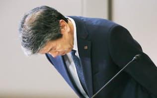記者会見で頭を下げる東芝の田中社長(5月29日、東京都港区)
