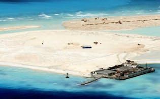 中国による埋め立て作業が進む南沙諸島のファイアリクロス(中国名・永暑)礁(1月)=フィリピン政府当局者提供・共同