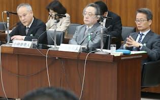 左から参考人の長谷部、小林、笹田の3氏(4日)
