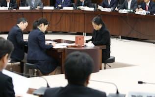 衆院憲法審査会で発言する自民党の高村副総裁(奥右から3人目)=11日