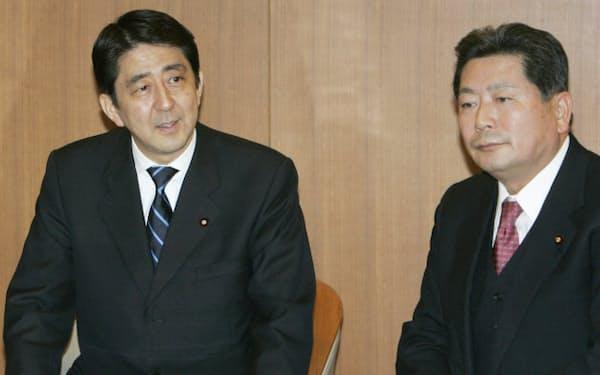 復党が決まった11人と面会した安倍首相(右は中川幹事長)