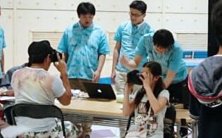 仮装現実ゲームの体験会は女性に人気だった(千葉県船橋市)