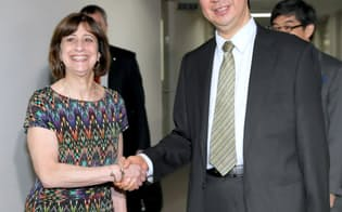 協議を前に握手する大江首席交渉官代理(右)とカトラー次席代表代行(9日午前、外務省)=代表撮影