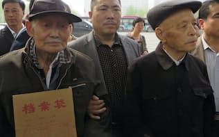 三菱マテリアルに謝罪や賠償を求める訴状を裁判所に出す元中国人労働者ら(14年4月、河北省石家荘市)