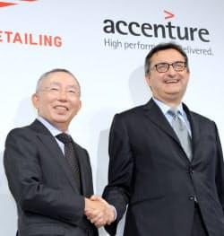 ファストリの柳井会長兼社長(左)とアクセンチュアのジャンフランコ氏(写真は共同事業の発表会見)