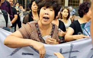 大規模爆発が起きた中国天津市で、抗議活動する被害者(18日)=共同