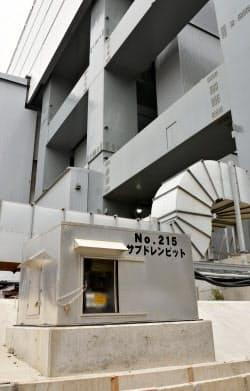 福島第1原発4号機(奥)の近くにある、地下水をくみ上げる井戸「サブドレン」(2015年8月)
